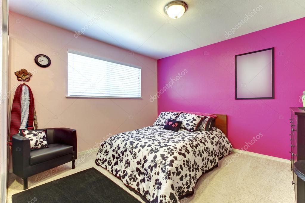 Tiener meisje slaapkamer met helder roze muur en eenvoudige