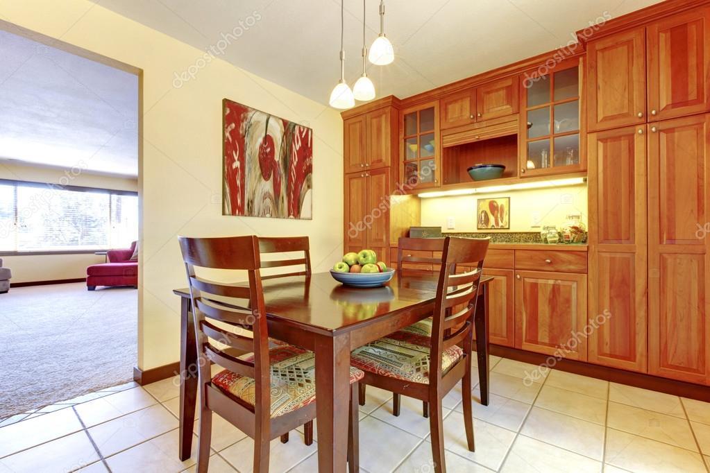 Cucina di legno arancione brillante e sala da pranzo con pavimento