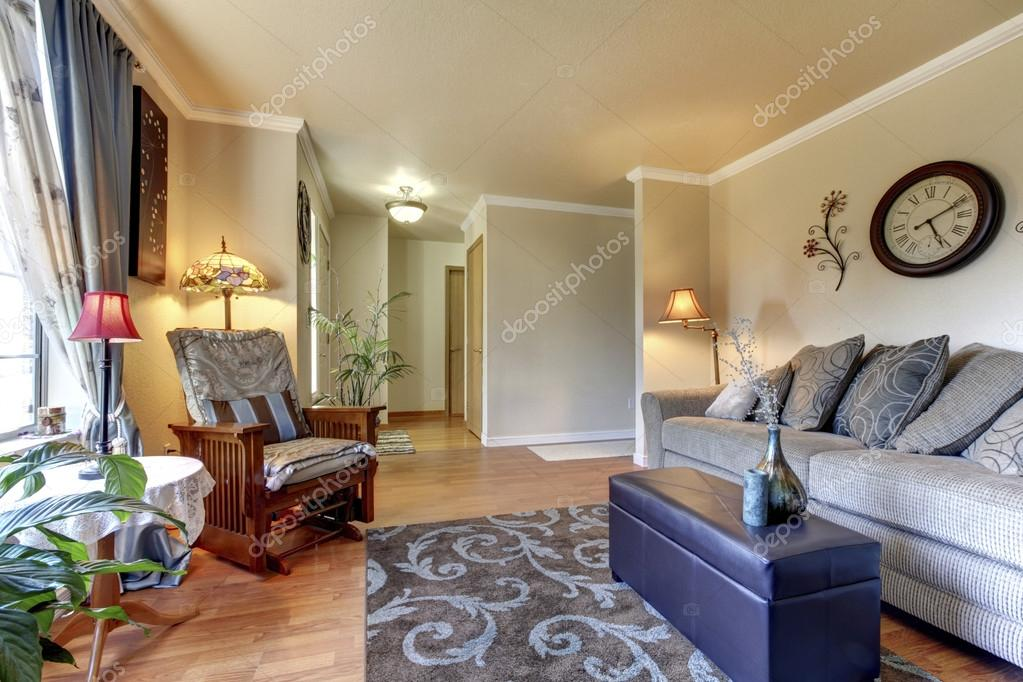 Amerikaanse Huis woonkamer interieur met grote beige sofa ...