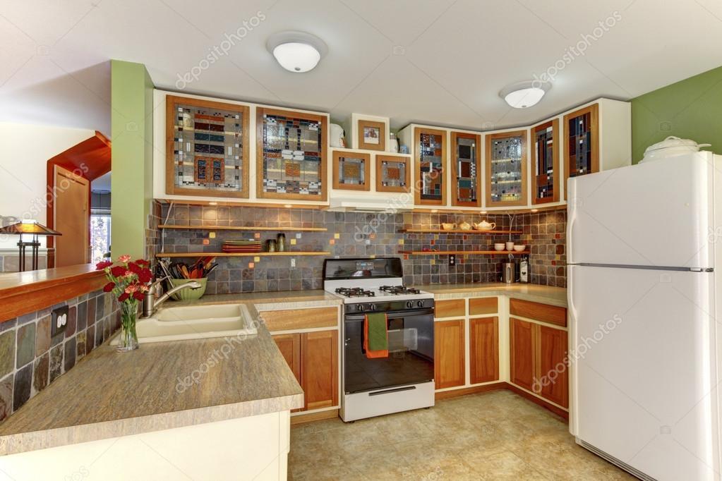 Tegels Groen Keuken : Lichte keuken interieur met bruine tegel en kasten met glasdeuren