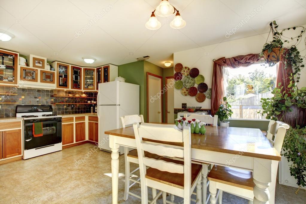 Eetkamer en keuken kamer interieur in gezinswoning u stockfoto