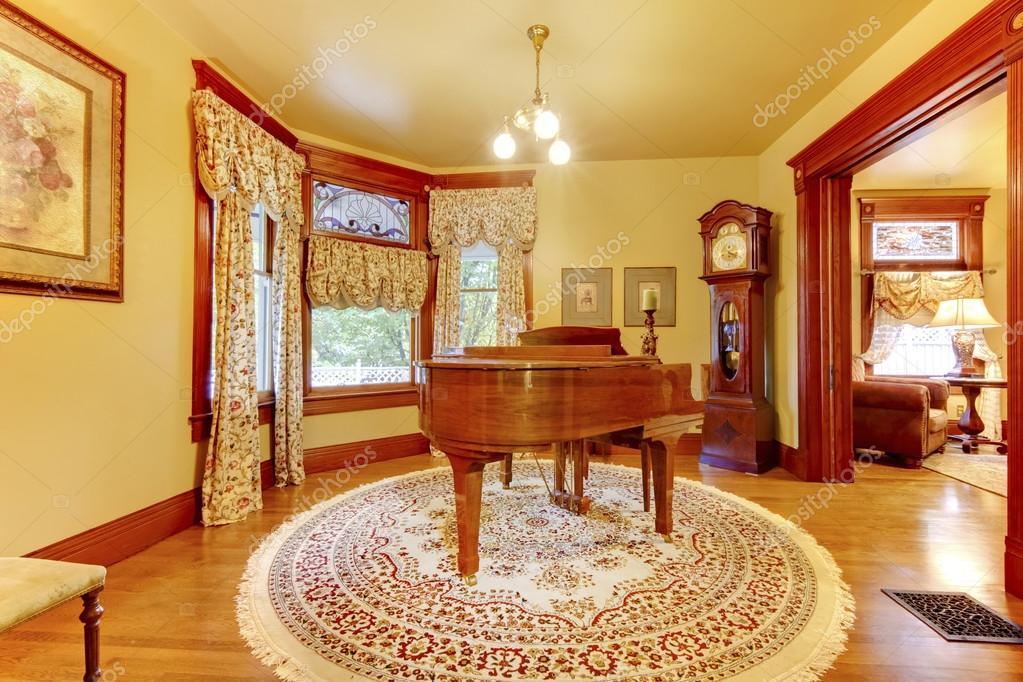 Schattig vintage houten piano in luxe levende kamer interieur wi ...