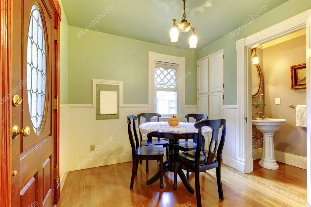 Piccola Sala Da Pranzo : Piccola e accogliente sala da pranzo con tavolo in legno nero sedia