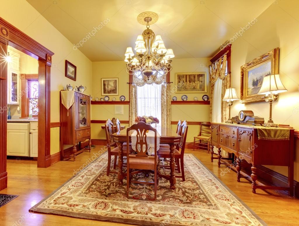 Luxe eetkamer met houten tafel stoel set kroonluchter vin