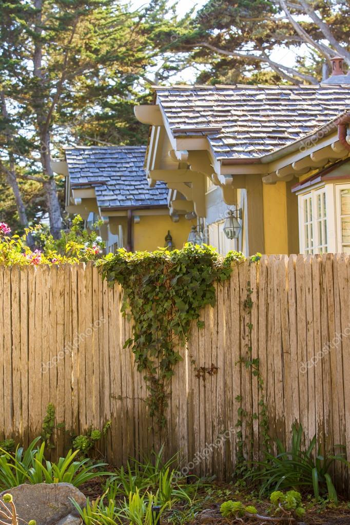 Casa americana con recinzione in legno foto stock - Casa americana in legno ...