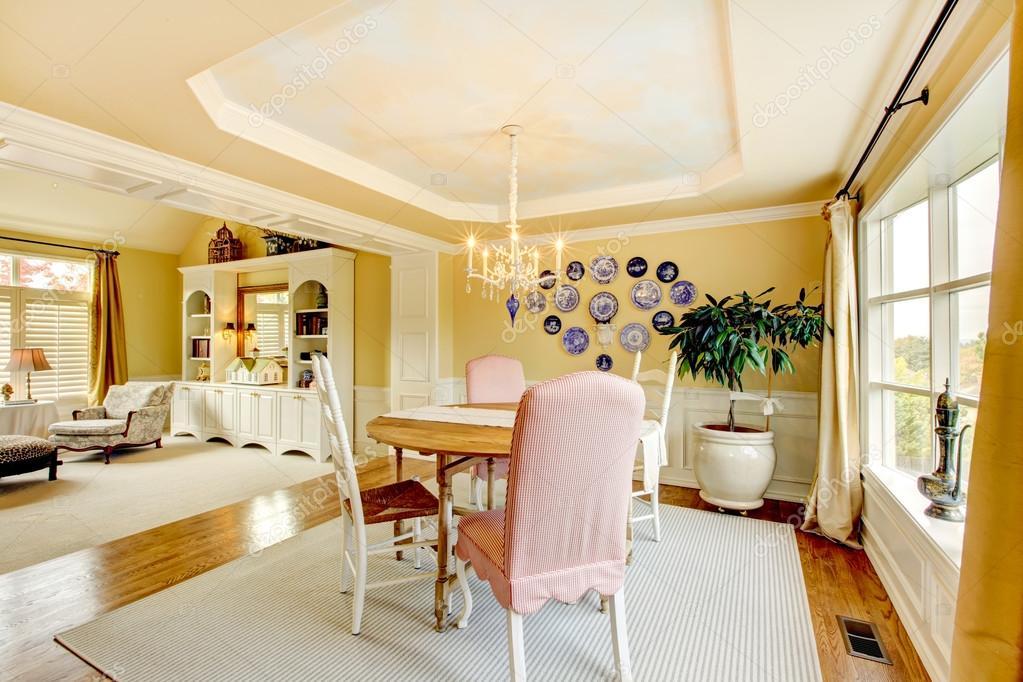 Conception intérieure jaune confortable d\'intérieur de salon ...
