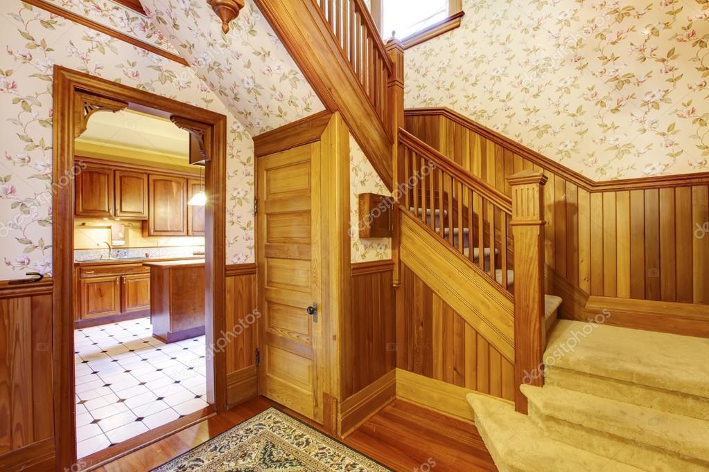 Entree hal met houten trap beige tapijt gedekt stappen u2014 stockfoto