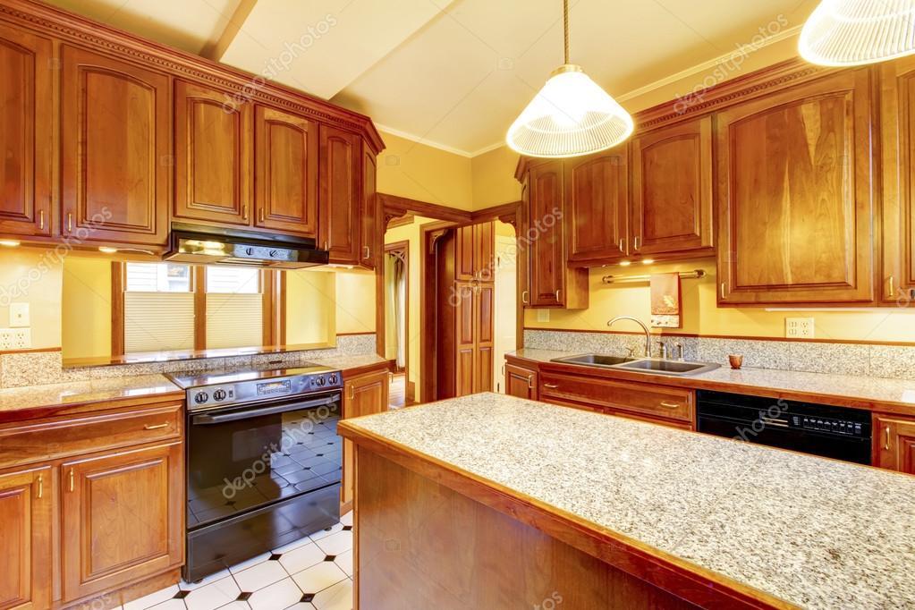 Dise o de interiores de cocina con isla encimera de - Cocinas con encimera de granito ...