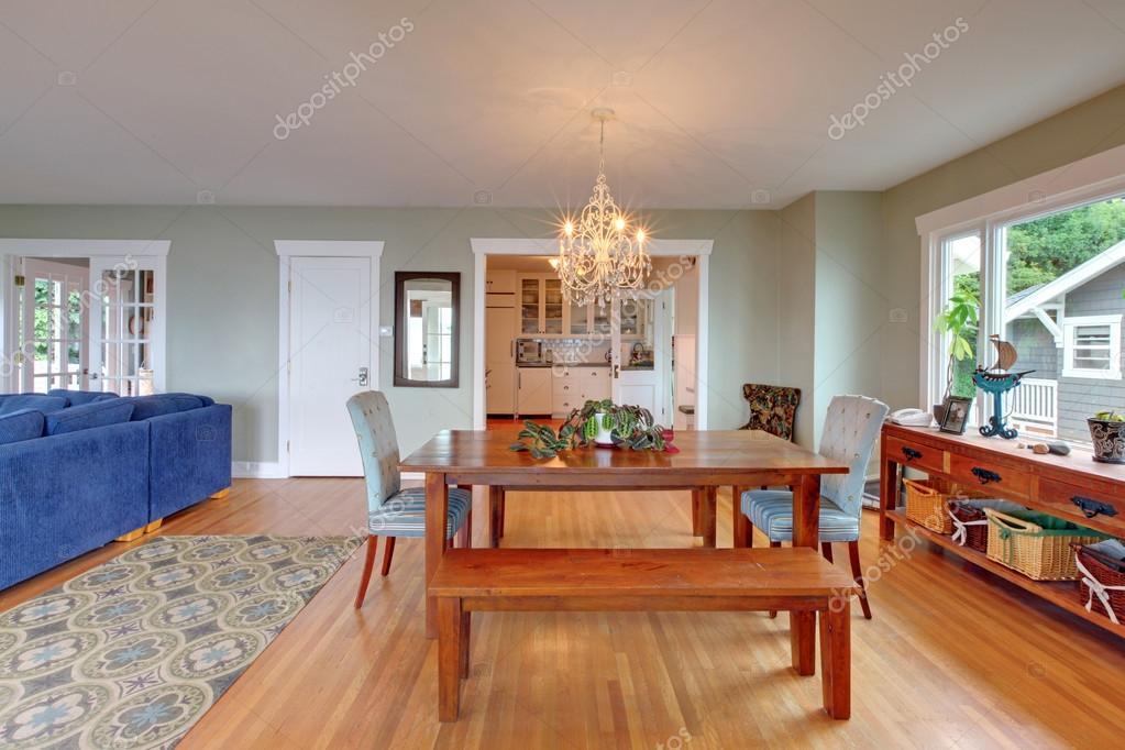 Gezellige eetkamer interieur met houten tafel en hardhouten vloer ...