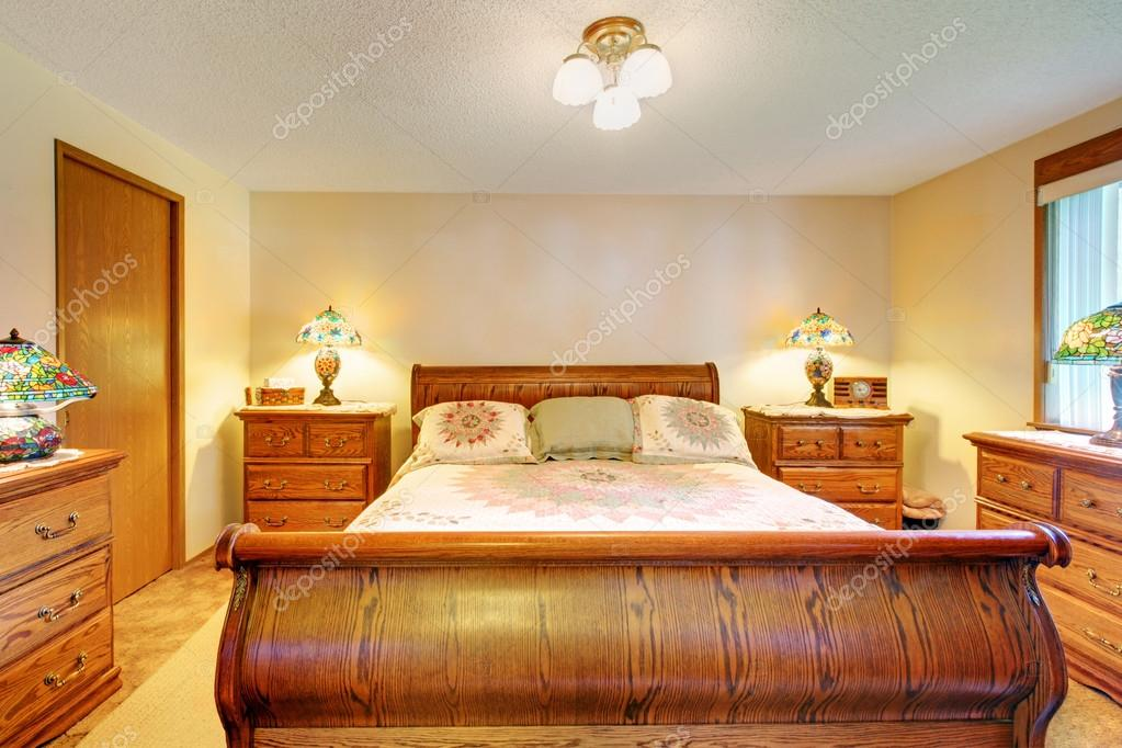 Camera Da Letto Legno Chiaro : Accogliente camera da letto con mobili in legno marrone chiaro set