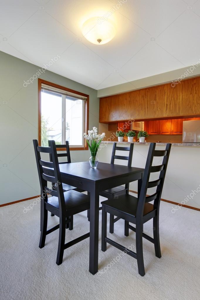 Intérieur de la maison. Table à manger noire simple située dans la ...