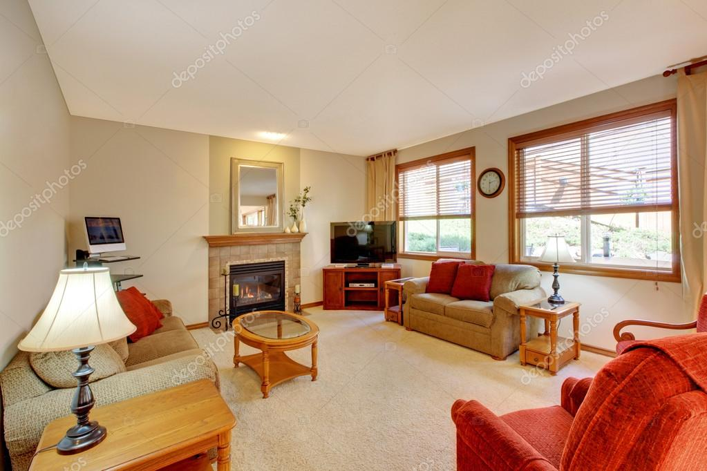Huis interieur. Perzik en rode woonkamer met open haard en rood ...