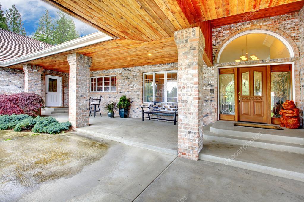 porche d entr e chaleureuse d une maison de brique grand terrasse avec les colonnes de sol et. Black Bedroom Furniture Sets. Home Design Ideas