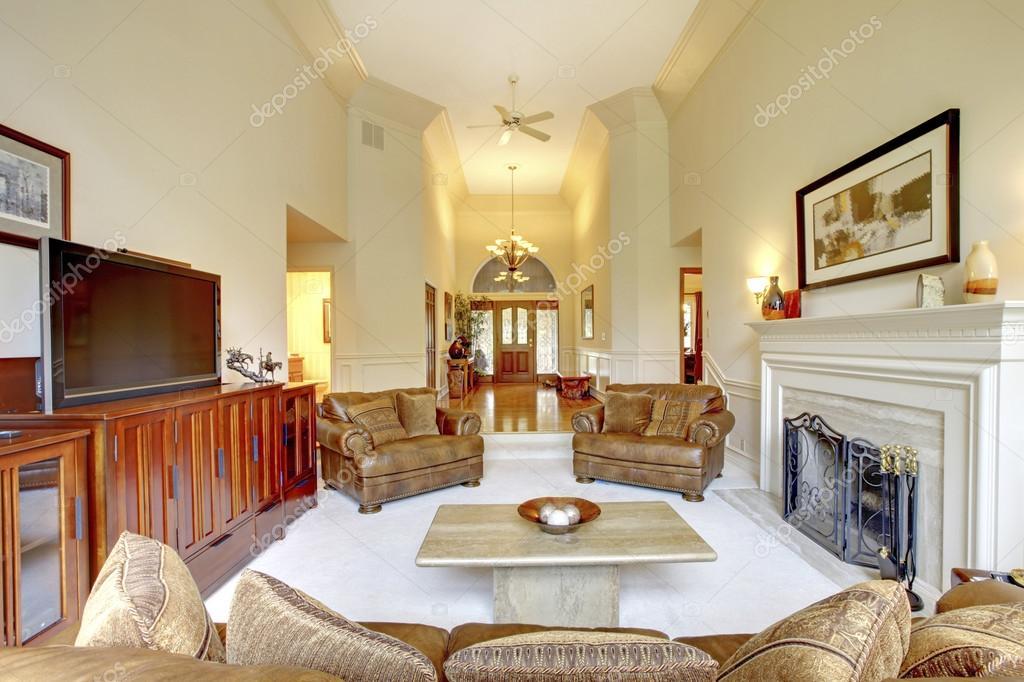 Salle De Sjour Impressionnante Hauteur Sous Plafond Dans La Maison