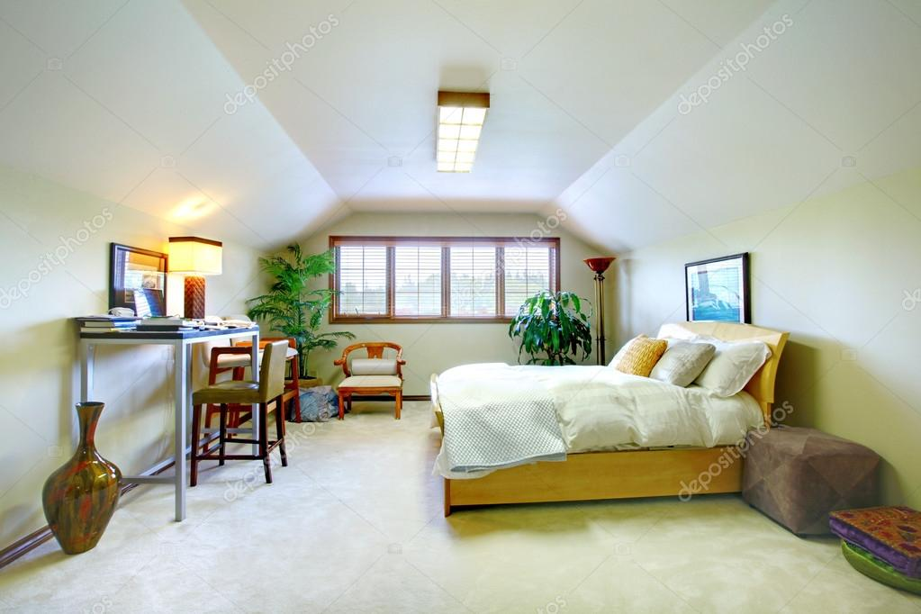 Elegante camera da letto al piano superiore in tonalit chiare con zona studio e soffitto a - Angolo studio in camera da letto ...