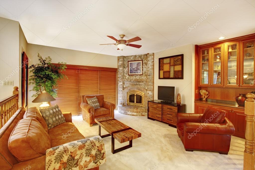 Gezellige bovenverdieping woonkamer in bruine tinten met stenen ...