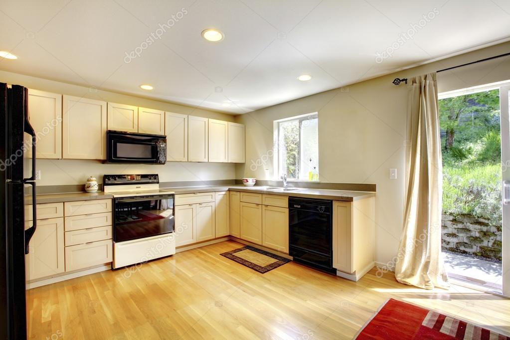 Braune Esstisch Aus Holz In Kleine Küche Zimmer Mit Schwarzen Geräten Und  Hartholz Fußboden U2014 Foto Von Iriana88w