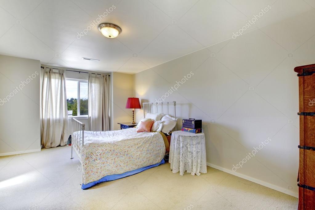 Camera da letto parete avorio con ferro bianco letto e rosso lampada ...