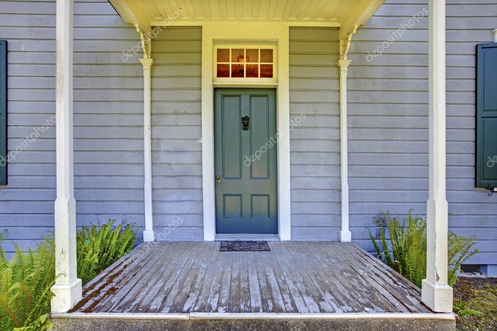 Porche d entr e ouvert avec des colonnes et la porte bleue for Un porche d entree