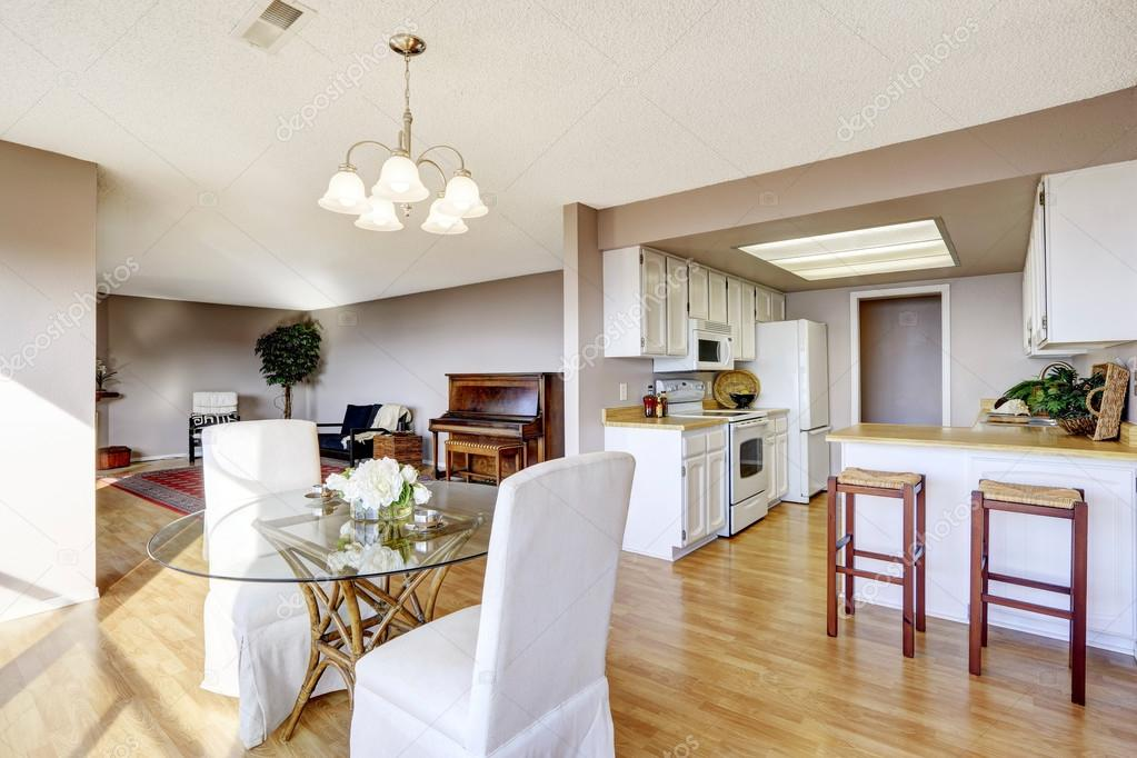 Sala da pranzo collegata alla cucina e soggiorno — Foto Stock ...
