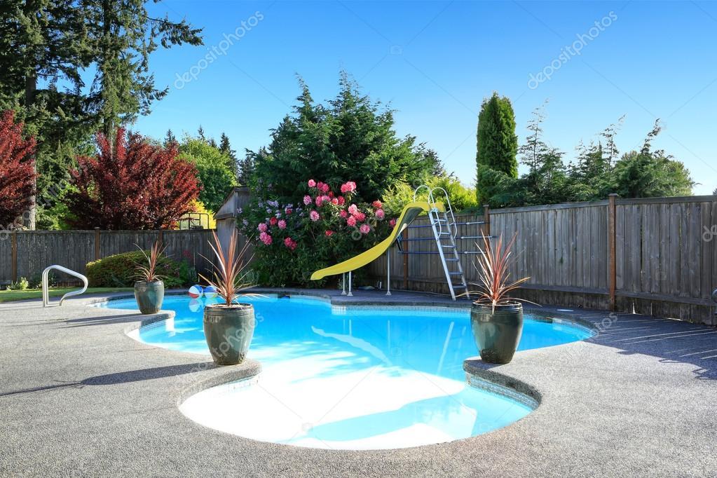Eingezäunter Garten mit kleinen schönen Swimming pool — Stockfoto ...