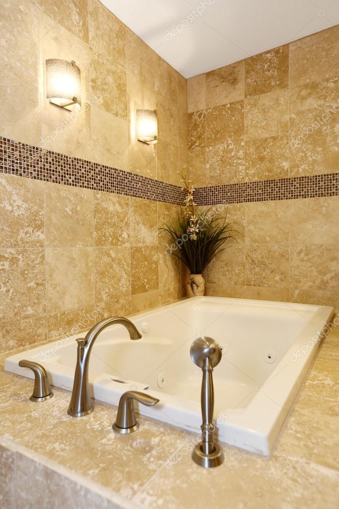 Fantastisch Modernes Badezimmer Interieur Mit Badewanne Fliesen Und Boden U2014 Stockfoto