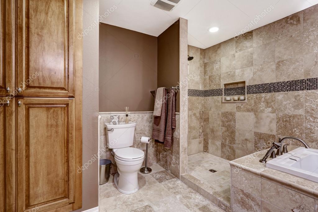 Leere Badezimmer Interieur. Leichte Braune Fliesen, Badewanne Und WC U2014  Stockfoto