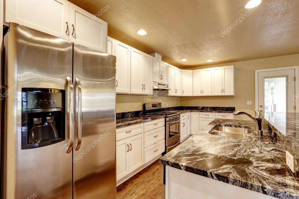 Küche mit weißen Geräten, Kochinsel — Stockfoto © iriana88w #115596560
