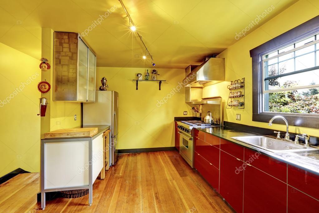 Interiore della camera cucina con pareti gialle e rosse armadi ...