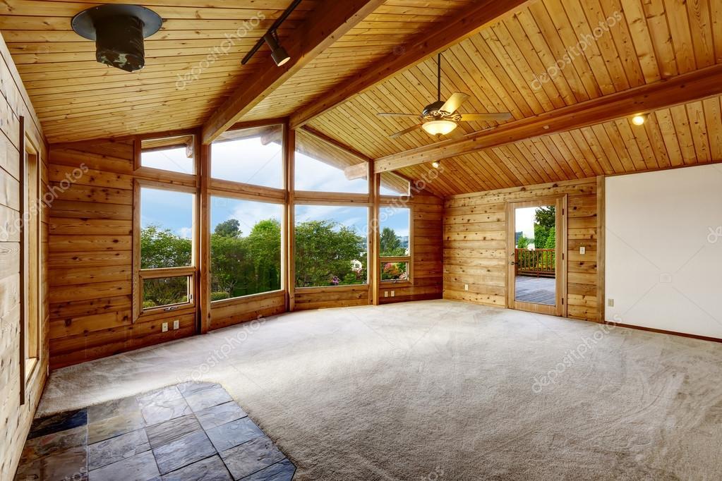 Leeren wohnzimmer mit teppichboden in trim holzhaus stockfoto iriana88w 115598550 - Teppichboden wohnzimmer ...