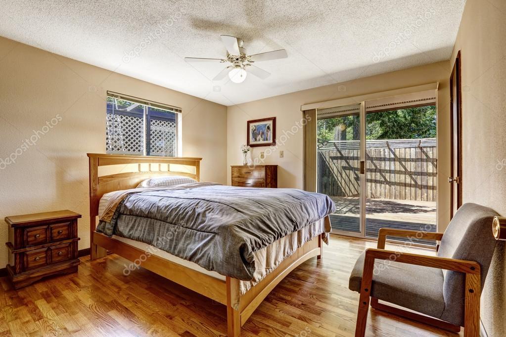 Semplice americana camera da letto con pavimento in parquet e mobili ...