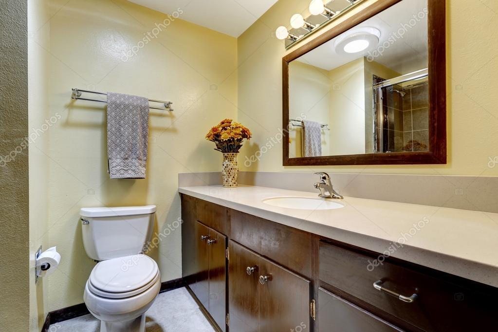 bagno in colore marrone con pareti beige ? foto stock © iriana88w ... - Bagni Moderni Beige E Marrone