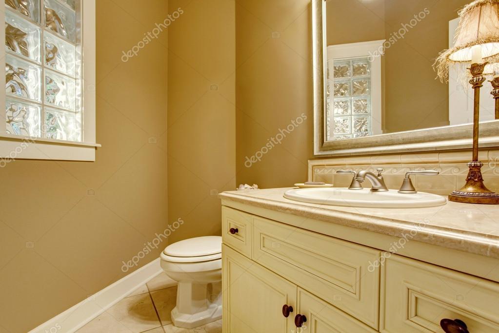 Gezellige badkamer interieur met decoratieve lamp op oude witte ...