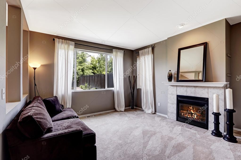 Woonkamer interieur met tapijt vloer en donkere Bank — Stockfoto ...