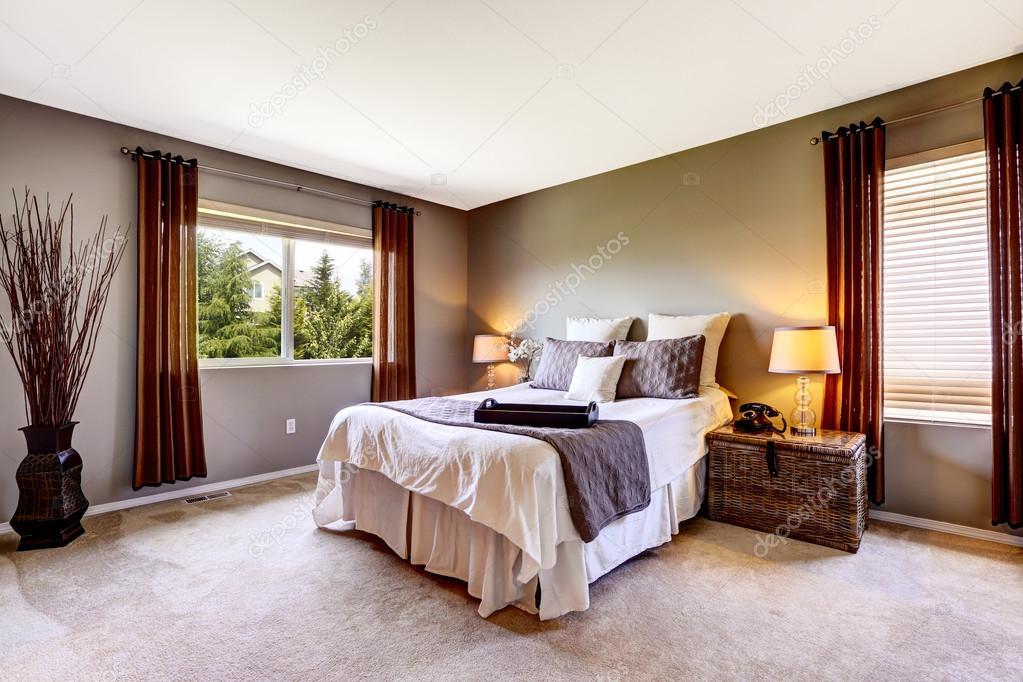 Schlafzimmer Innenraum mit Teppichboden und großes Bett — Stockfoto ...