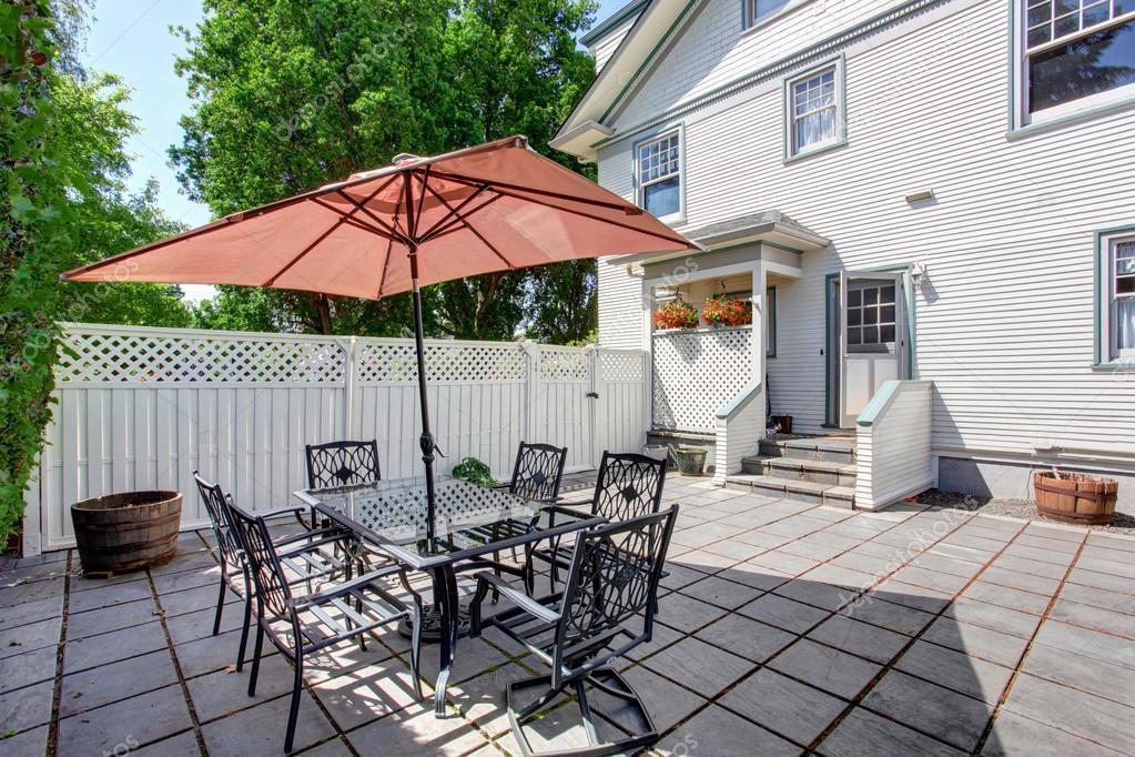 Betonboden Gemutliche Terrasse Mit Tisch Set Und Terrasse Dach