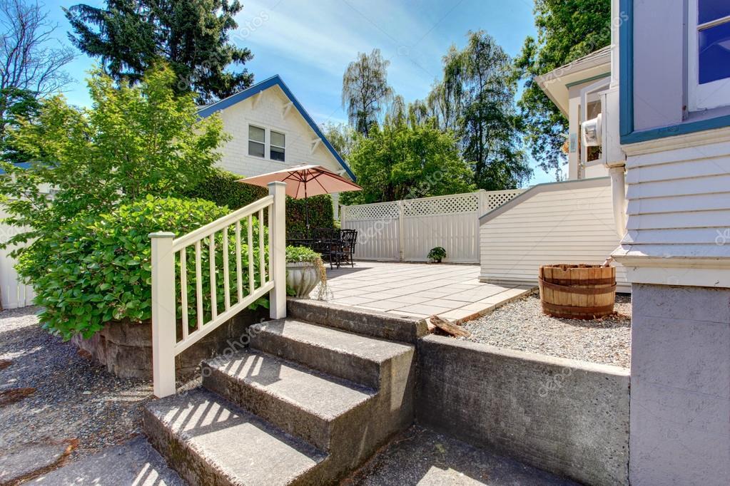 Betonboden Gemutliche Terrasse Mit Eisen Tisch Set Und Terrasse Dach