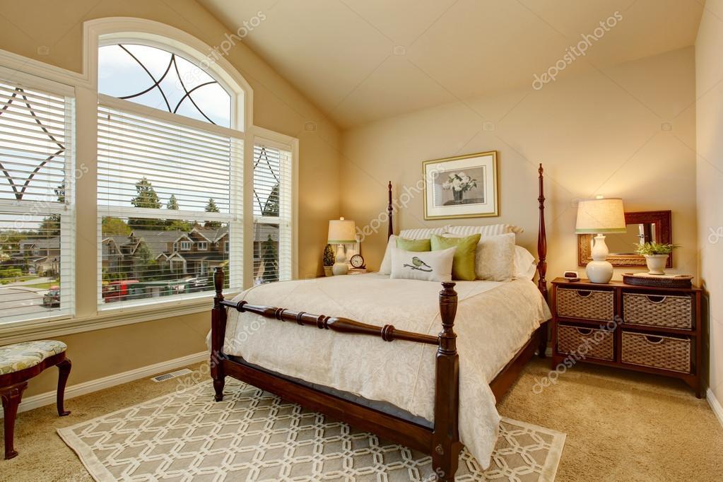Gezellige Beige slaapkamer met gewelfd plafond en elegante ...