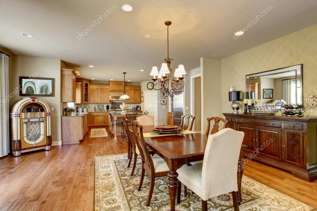 Salle à manger américaine classique avec set de table en bois ...