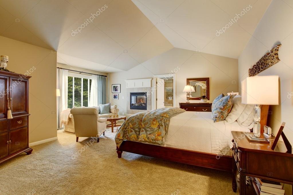 Camera da letto classica americana con mobili in legno — Foto Stock ...