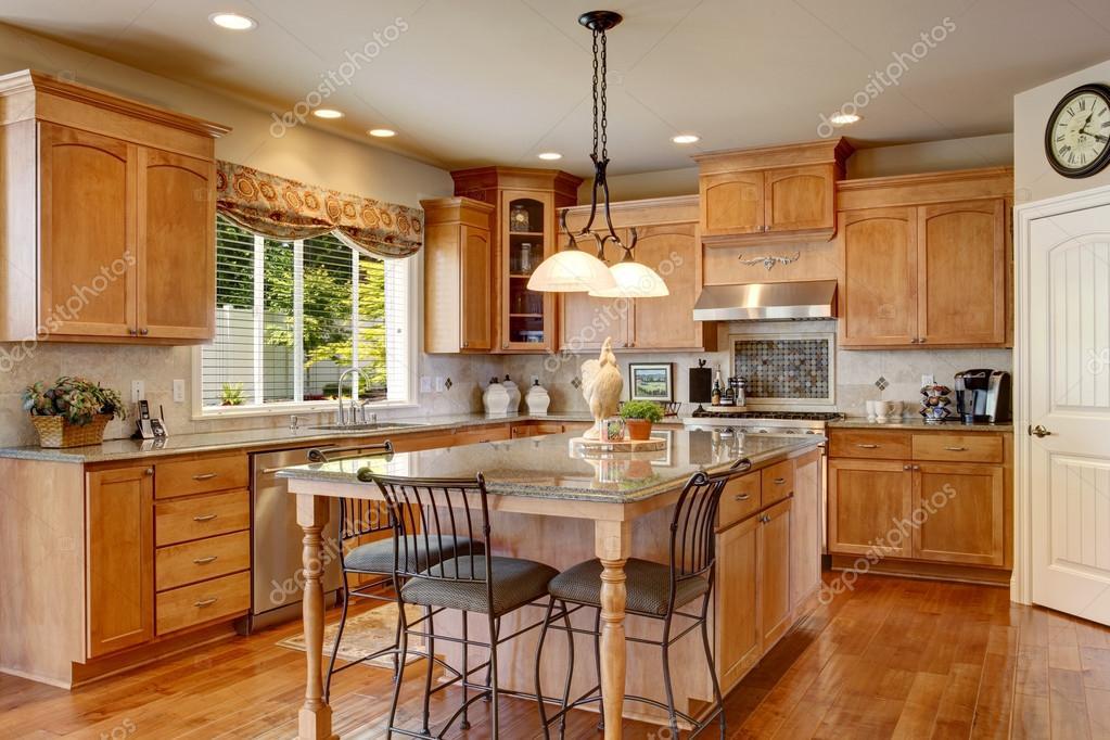 Inerior de la cl sica cocina americana con muebles de for Cocinas modernas estilo americano