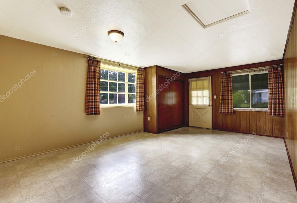 Ingresso vuota spaziosa con pavimento parete e mattonelle di legno