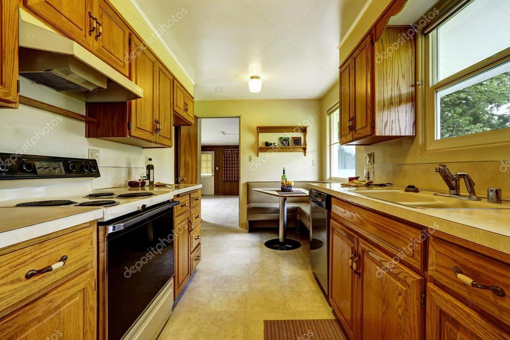 Leichte, schmale Küche Zimmer mit Ecksofa und einem kleinen ...