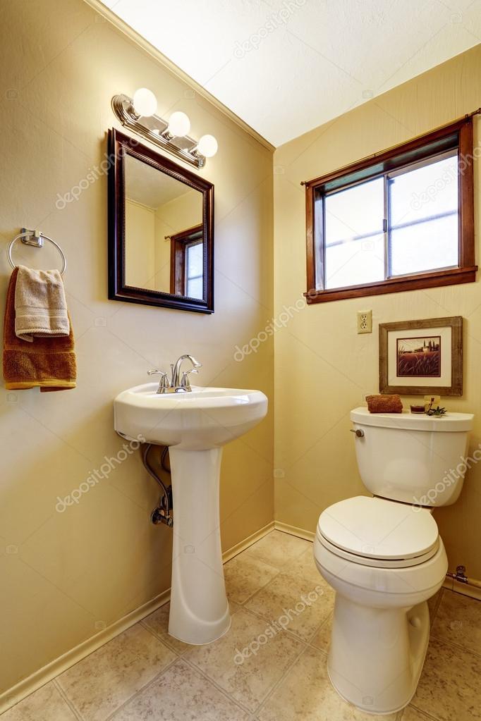 Helles Beige Badezimmer Einrichtung Mit Alten Waschbecken Stand Und WC  Fliesen Fußboden. Auch Spiegel Im Holzrahmen Mit Lichtern U2014 Foto Von  Iriana88w