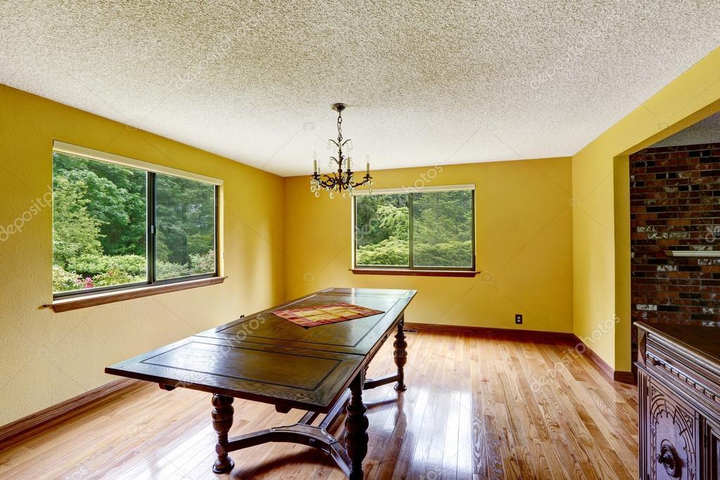 Vacía sala comedor con piso de madera dura y muebles antiguo ...