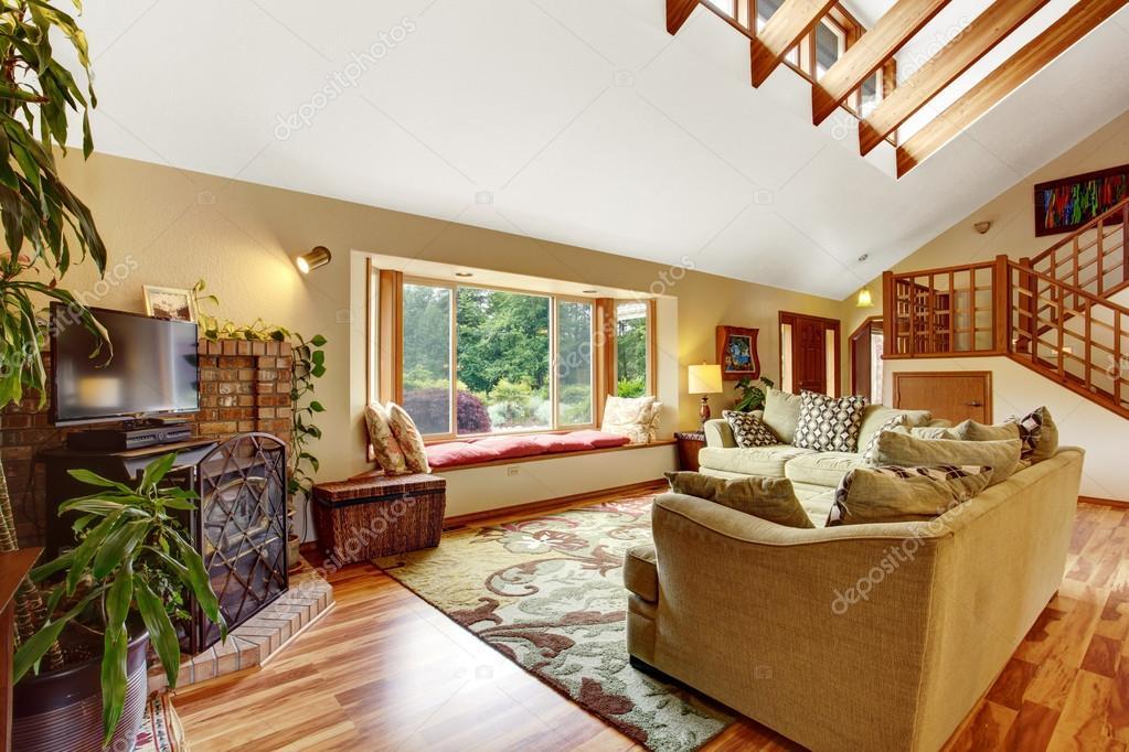 Helles Wohnzimmer Mit Parkett Und Hohen Decken Mit Holzbalken
