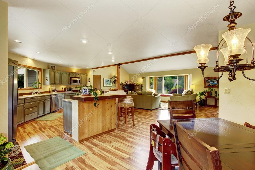 Casa interior con suelos de madera y de planta abierta con comedor ...