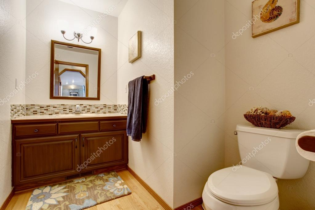 Spiegel Hoekkast Badkamer : Interieur van de badkamer weergave van bruine kast met spiegel en