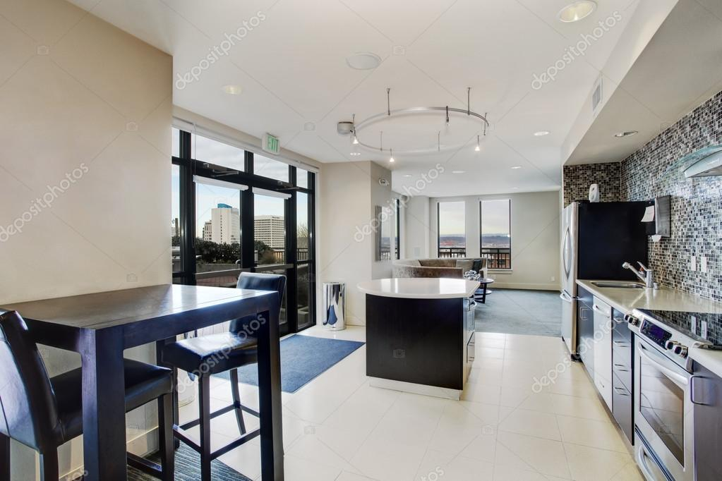 Cocina moderna blanca conectada a la sala de estar fotos for Sala de estar estancia cocina abierta