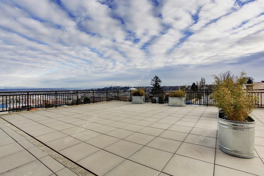 Appartamento edificio grande tetto terrazza esterno — Foto Stock ...